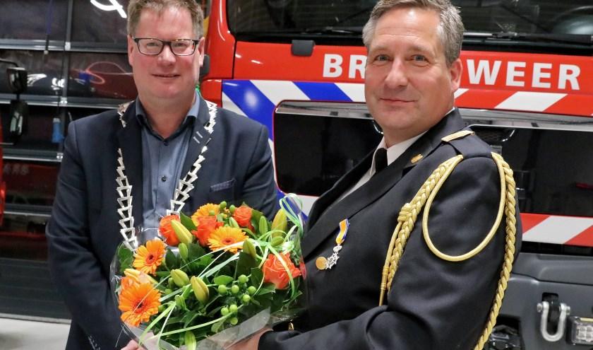 Locoburgemeester Jan-Herman Scholten met oud-brandweerman Benno Spekschoor.