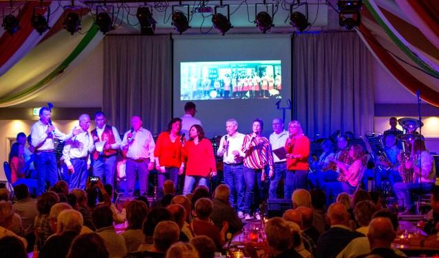 De Raddreajers tijdens hun optreden met de tachtigjarige oprichter Jo Kuster (vierde van rechts). (foto: Hennie Freriks)