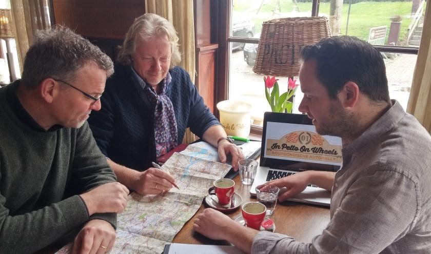 Leden van Lionsclub De Bommelerwaard en Bram Hoorn van Bistro In Petto zetten de route uit voor de eerste Bourgondische Autorally.