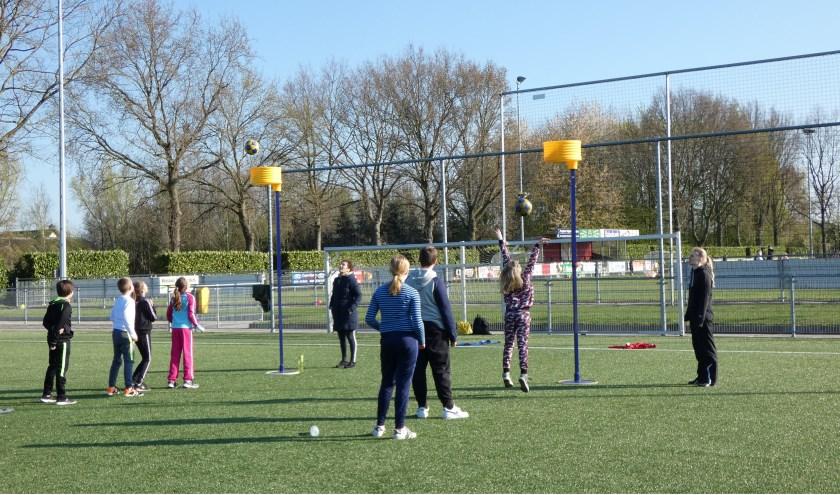 Lokale sportverenigingen gaven professionele sportclinics. Eigen foto