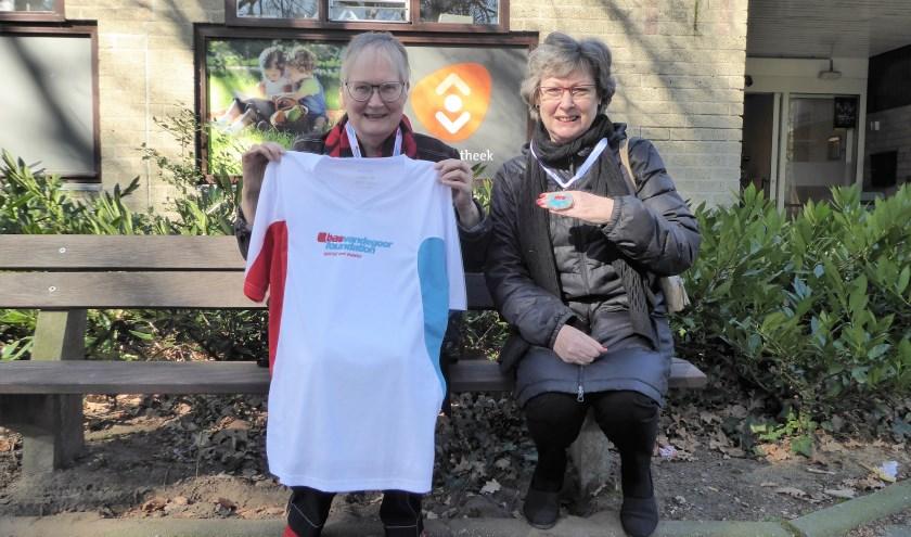 Judith Koops en Karin de Lange met het shirt en de gewonnen medaille van de Nationale Diabetes Challenge. (foto: Marnix ten Brinke)