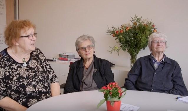 De vrouwen van WOUW (wijze Oude Wijven) uit Amsterdam in gesprek, still uit film.