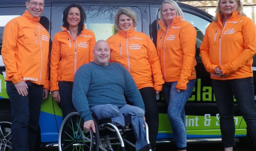 Het bestuur van de Oranjevereniging met de nieuwe jassen. (Foto: Gert Ponsteen)