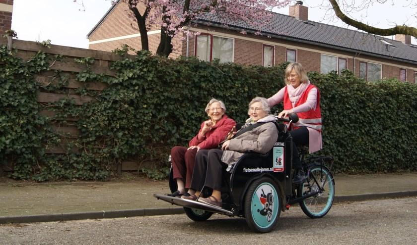 Hermine Groenendaal op de riksja met twee passagiers