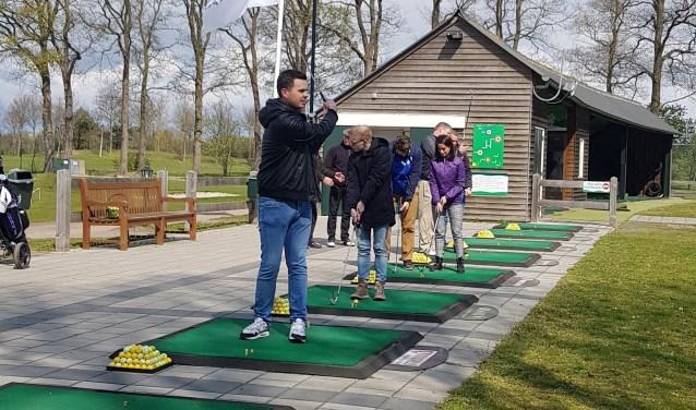 De bezoekers hebben meegedaan aan diverse golfactiviteiten. Foto: golfclub de Koepel.