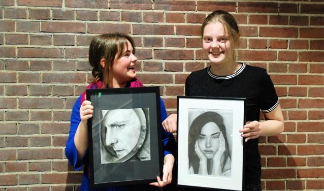 Merel Dekkers (28) met haar werk 'Fragmented' en haar pupil Ankie de Graaf (13) die voor het eerst meedoet aan de Expositie Amateurkunst.
