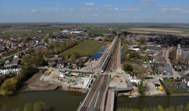 Spoorovergang is de komende weken afgesloten, vanaf terras Lachende Gans zijn de werkzaamheden te volgen. Foto William Hoogteyling