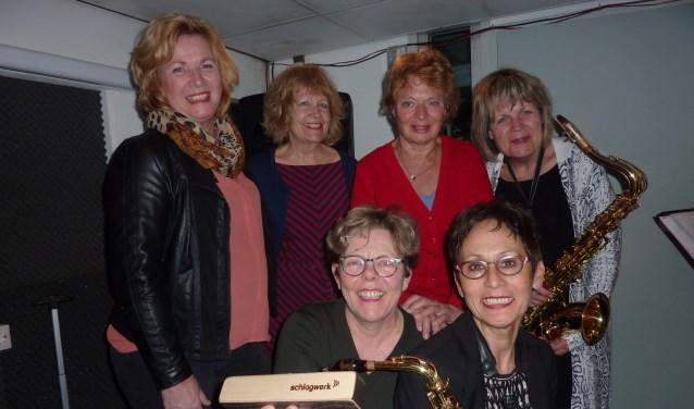 """De 6 middelbare meiden van de bluesband BB Queenies vlak voor een repetitie. """"We kennen geen jaloezie."""" (Foto Magda de Vetten)"""