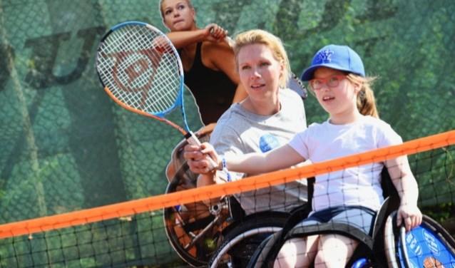 Dankzij de foundation kunnen kinderen/jongvolwassenen zoals Rosa(9) kennismaken met rolstoeltennis. Foto Mathilde du Sol