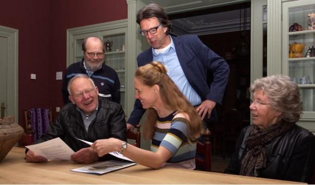 Het echtpaar Hulshof en hun dochter Ilse worden door Frans Bomer (linksachter) en Bertus te Raa (midden) van De Scheper bedankt voor hun vertrouwen in het museum.
