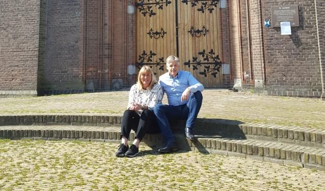 Muzikaal leider Eric Kotterink met naast zich Anja Stoeten, die de logistieke organisatie voor haar rekening neemt, voor de Jozefkerk waar het op 15 juni moet gaan gebeuren.
