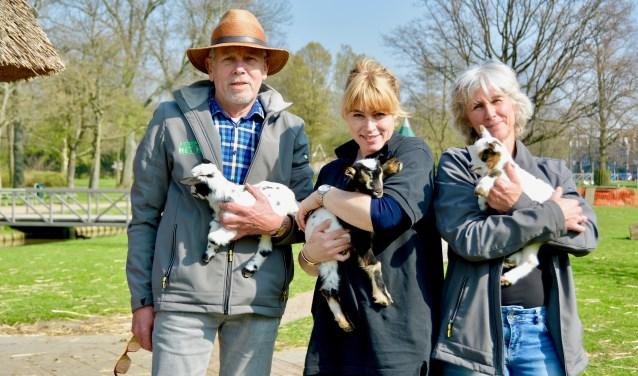"""""""Wij zien zoveel mensen van de dierenweide genieten!"""", zegt Bertine Riekwel (midden), hier met Pleun Poldervaart en Gilda. (Foto: Britt Planken)"""