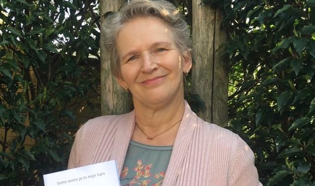 Sabine Vekemans met haar dichtbundel 'Soms woon je in mijn hart'. Foto: Ole van Vredendaal