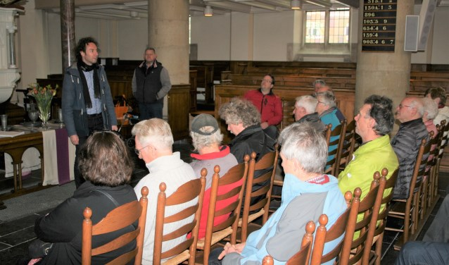 René Arendsen heet de bezoekers welkom in de kerk.