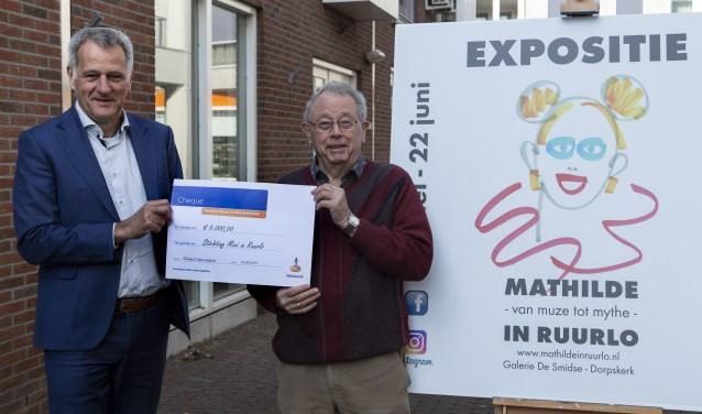 Laurens Stapelbroek (links) van Rabobank Noord- en Oost-Achterhoek overhandigt een cheque ter waarde van vijfduizend euro aan Joop Huisman voor de deur van galerie De Smidse.
