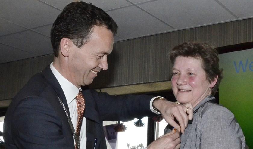 Ingrid Mens, Hoofd Museumcollecties, krijgt de Koninklijke Onderscheiding door burgemeester Lucien van Rijswijk opgespeld. (foto: AH)