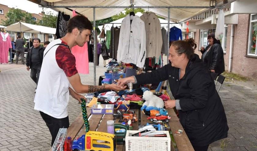 Er zijn kramen waar mensen hun eigen spulletjes kunnen verkopen en kramen waar maatschappelijke organisaties kunnen laten zien wat ze doen.