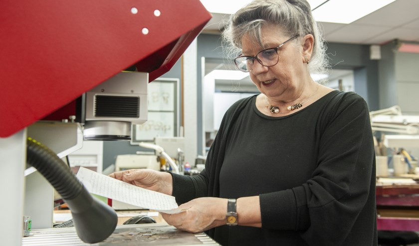 Luci Aversteeg verwerkt het handschrift van een dierbare in een sieraad.