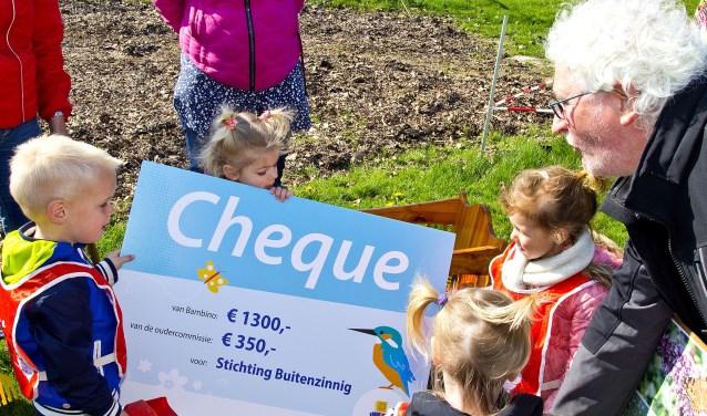 De kinderen van Lieve Luitjes overhandigeneen cheque aan vrijwilligers van de ProefTuin. (foto: Jeroen Verbueken / Fotopersburo Busink)