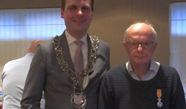 Peter Lurings uit Tilburg ontving afgelopen week een Koninklijke onderscheiding uit handen van locoburgemeester Berend de Vries.