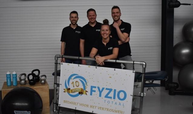Achter van links naar rechts: Lars van der Werf, Rob Tibben en Jan-Willem ten Hove. Voor: Mayke Wetering. Foto: Jolien van Gaalen.