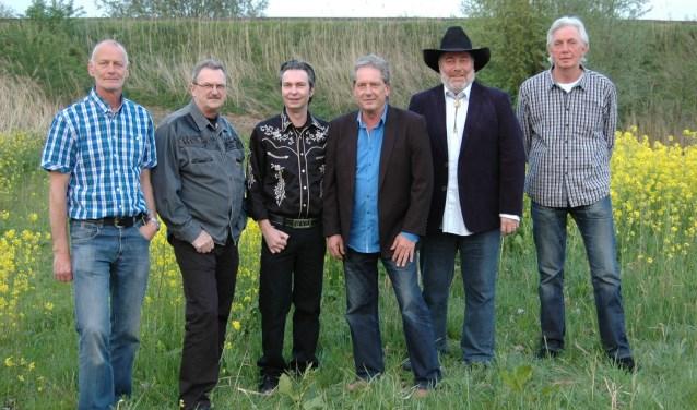 De mannen van West Virginian Railroad, met Kees van der Loo als tweede van rechts met hoed. Hoewel het volgens hem 'rustig' is in de countrymuziekbusiness, gaat de band onverstoord door.