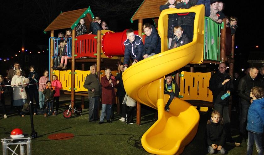 In Kinderdijk is het speeltuinseizoen weer begonnen: speeltuin 't Balkengat is vrijdagavond opengegaan. (Foto: Ria Scholten)