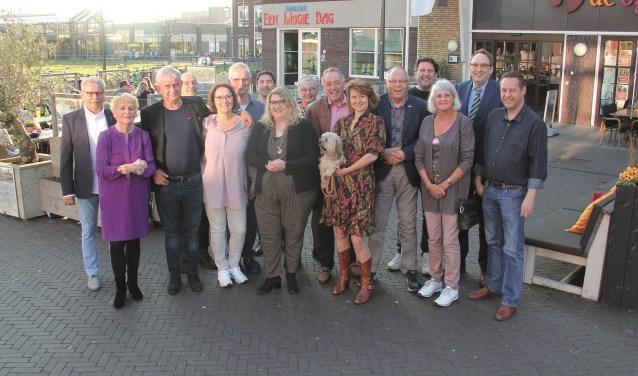 De bestuurders, vrijwilligers, sponsors en mascotte van de Stichting Duuves Mixed Music op hun thuishaven, het Remigiusplein in Duiven.
