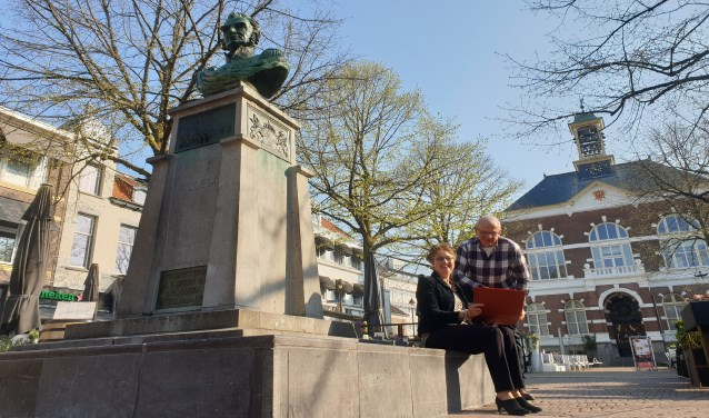 Gidsen van Apeldoorns Gidsen Collectief: Marja Versterre en Ben Verhoeven, bij het borstbeeld van Willem I, het vertrekpunt van de Centrum wandeling.