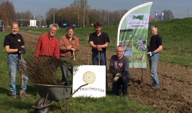 Planten haag door deelnemers en vrijwilligers. In de frisse stralen van de lentezon staken boeren en vrijwilligers zaterdagmorgen de handen uit de mouwen. (Foto: Henk van Ziel)
