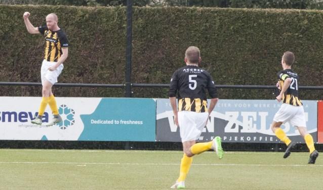Danny van den Eijnden juicht nadat hij De Valk op gelijke hoogte heeft gebracht tegen Geldrop.