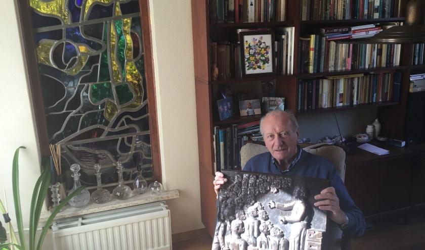 De 85-jarige Ton Leenders toont de bronzen plaquette, gemaakt door kunstenaar Hans van Eerd. (Foto: DFP).