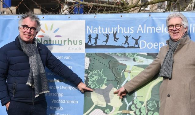 Harrie Wijermars en Rob Hazelhoff wijzen de plek aan van het paviljoen