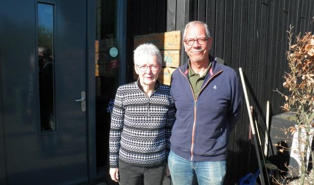 Wilma de Ru en Martien Groenvelt bij de voordeur van de Herbergier aan de Zegwaartseweg 66a. Foto Kees van Rongen