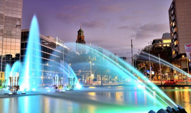 Fotograaf: Tino van Dam. Een van de foto's uit de reportage 100% Rotterdam en Den Haag. De fontein op het Hofplein in Rotterdam.