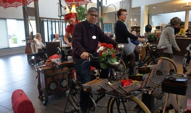 Vrijwilligers Tonnie Bergamin en Coby Melis wekken fietsend stroom op om de naaimachines te laten draaien. foto: Myriam Krol