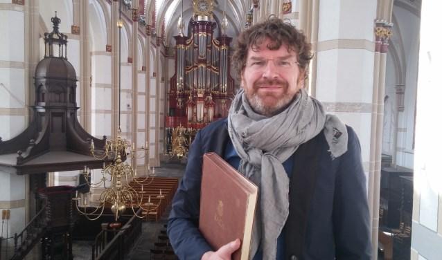 Ervaren dirigent en violist Johannes Leertouwer bewaakt de intensiteit van de uitvoering van de Matthäus Passion in de Sint- Maartenskerk.