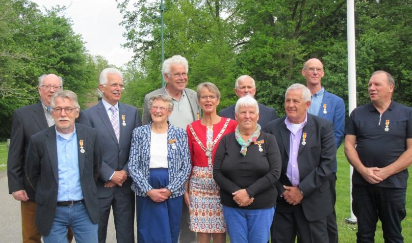 De gedecoreerden van de gemeente Stichtse Vecht met burgemeester Van Mastrigt. Tekst en foto: Ria van Vredendaal