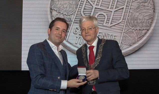 Erik de Ridder ontving uit handen van burgemeester Theo Weterings de Zilveren Legpenning van de gemeente Tilburg bij zijn afscheidsreceptie.