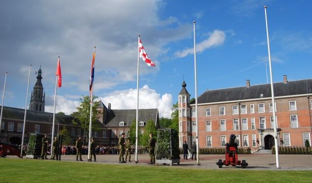 Ook dit jaar is het publiek op Koningsdag 's ochtends weer van harte welkom bij de buitengewone vlaggenparade op het Kasteel van Breda.
