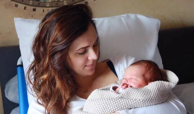 Katinka Bouman - de Haan met haar pasgeboren dochter Bobbi. Katinka is de eerste die in het Jeroen Bosch Ziekenhuis een badbevalling had en kijkt tevreden terug op deze primeur.