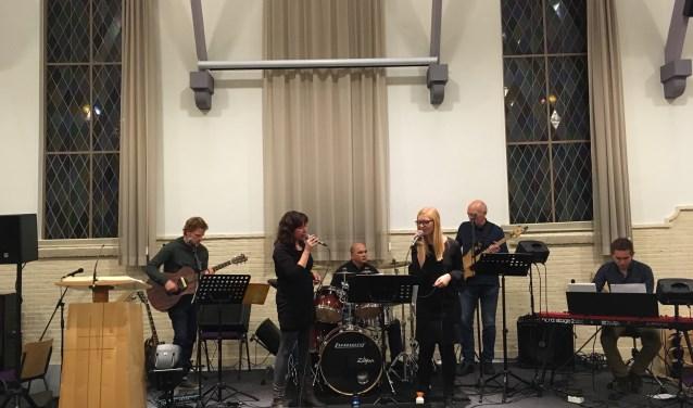 De christelijke band Living Letter uit Wapenveld De groep die muziek maakt verzorgt geen optreden, maar zingt voor en met de gemeente.