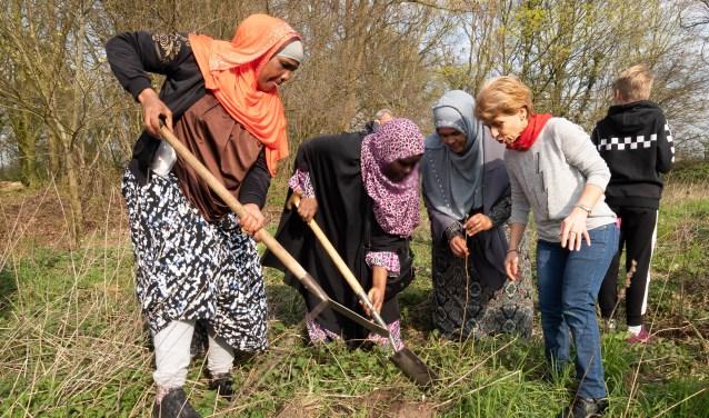 Planten van hazelaars door Vrouwen voor Elkaar en kinderen van basisschool De Kleine Planeet