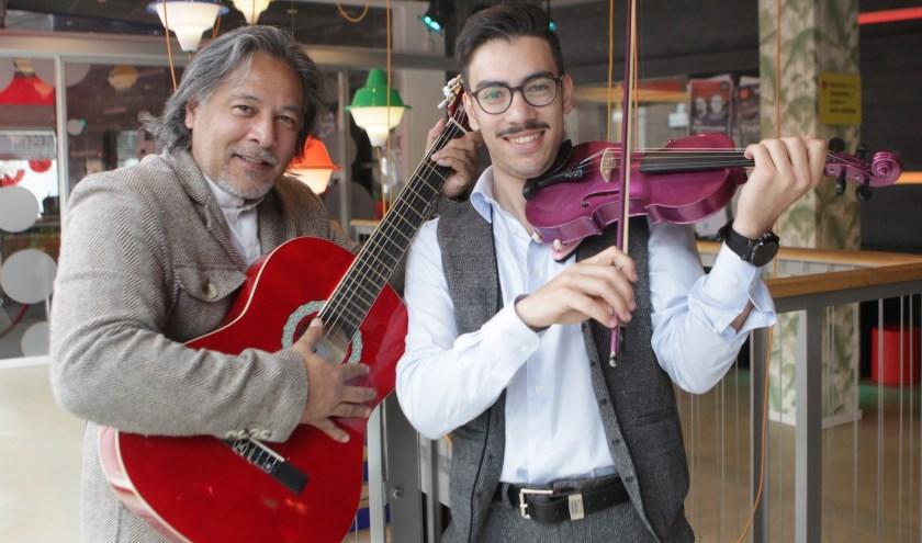 'Muziek zit overal. Net als de liefde ervoor', zegt Ahmet Gur van Muziekcentrum 1001 Nachten. Met Erik (links)