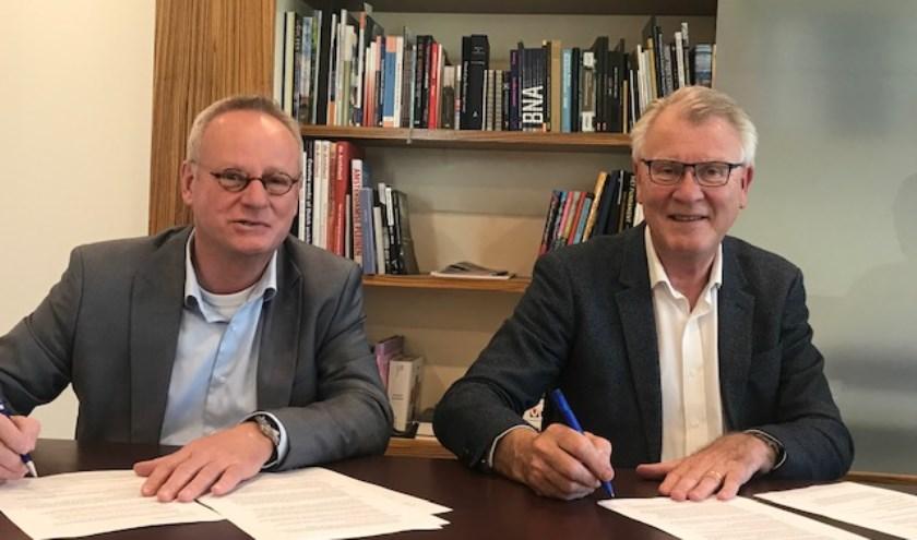 Links op de foto de heer Arend de Boer (Winters bouw & ontwikkeling), rechts de heer Willem Krzeszewski (Generaal Maczek Memorial)