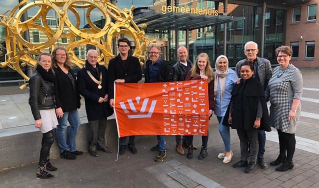 Team Barneveld gaat onder leiding van 'teamcaptain' Roland Hartkamp (5e van links) de strijd aan met andere gemeenten tijdens Koningsdag.