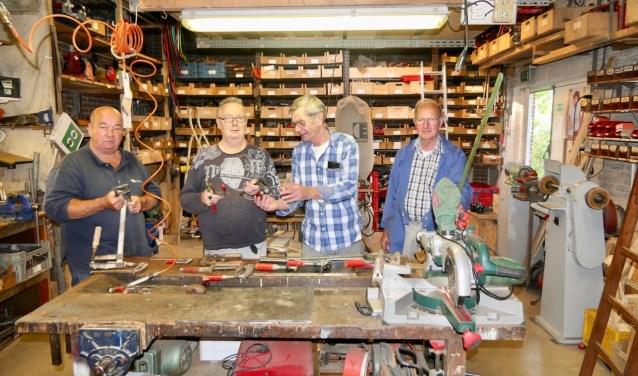 Van links naar rechts Jetse van Helden, Tonnie van Boxtel, Kees Buscop en Jo Engele in de werkplaats van Gered Gereedschap in Nieuwkuijk.