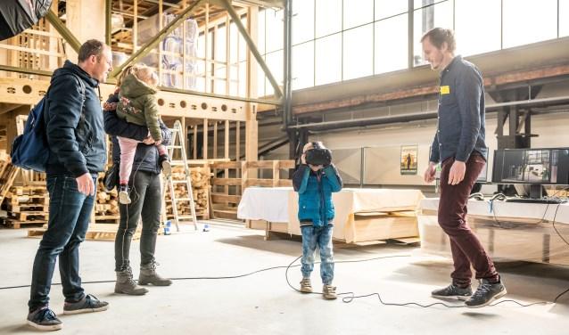VR-beleving door de Werkspoorfabriek. Inzet: een rondleiding door de Ulu Moskee. Foto's: Jelmer de Haas