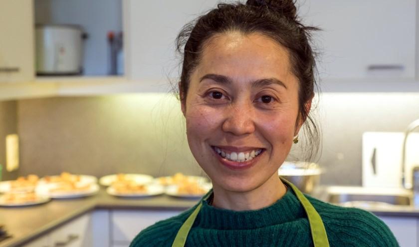 Een keer in de twee weken kookt Julia Baetsen (50) in de keuken van het MST. foto: Jan Nieuwstad