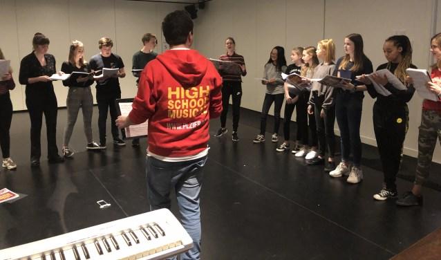 Repetitiefoto van de HSM cast Hilversum